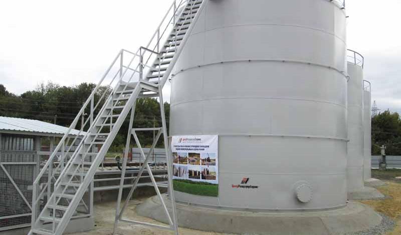 Хранение жидких минеральных удобрений зимой. Фото резервуара