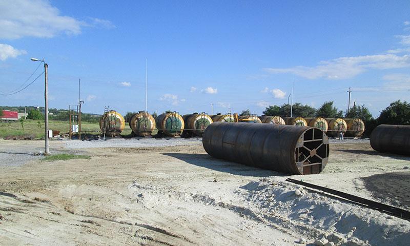 ustanovka stalnyh rezervuarov dlya benzina foto Установка стальных резервуаров для хранения бензина